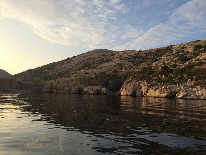 Im Süden ist Stara Baška durch die Halbinsel Klobučac vor Witterungseinflüssen geschützt. Dennoch ist Stara Baška eine der windigsten Stellen der Insel. Die häufige und starke Bora, ein Fallwind, der aus Norden über die Berge in das kleine Fischerdörfchen strömt, bedingt sehr stark die Vegetation des Dorfes. Daher sind die Berge kahl und nur wenig bewachsen. Unter anderem kann man aber auf den Bergen Kräuter wie Salbei und Rosmarin finden.