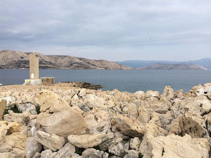 Vor der Bucht von Stara Baska liegt die kleine, unbewohnte Insel Galun. Sie erhält ihren Namen von den vielen Möwen, die auf der Insel heimisch sind. Geprägt ist die Landschaft der Insel von rauen Steinformationen. Ein kleiner Turm und eine Anlegestelle runden das Bild ab.